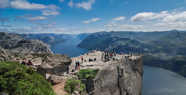Preikestolen- Bild von Stefan Krause, Germany (Own work) [GFDL, CC-BY-SA-3.0 or FAL], via Wikimedia Commons